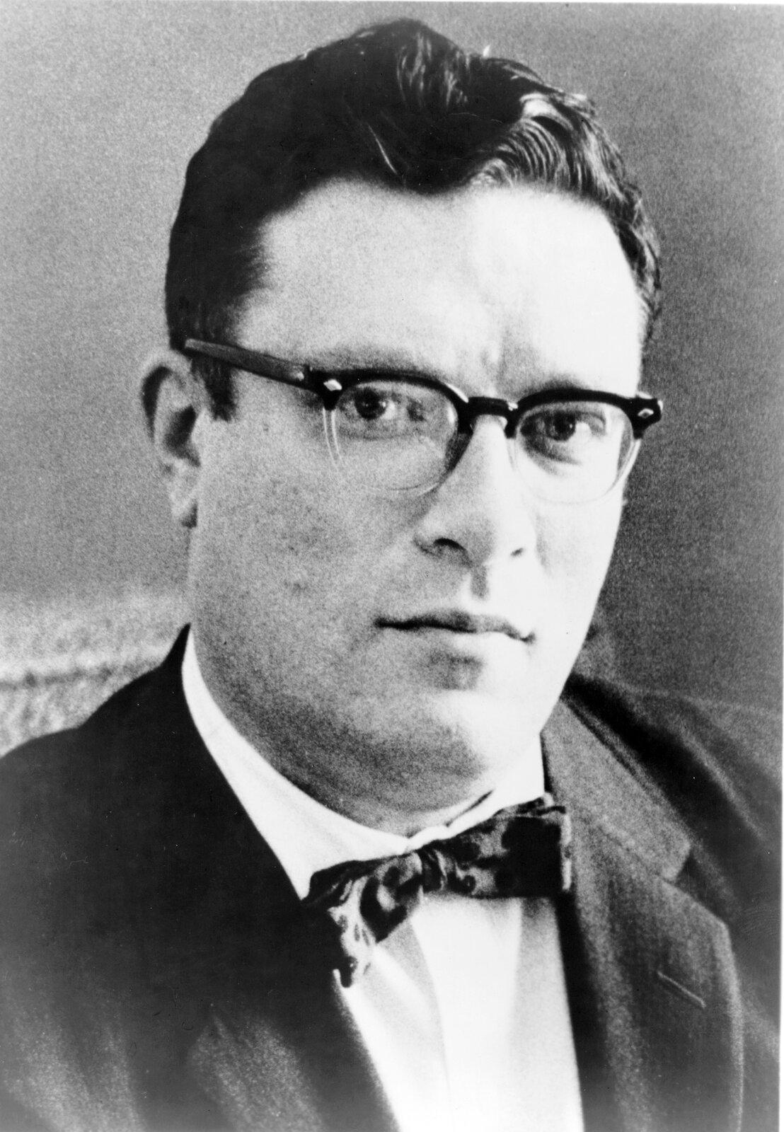 portret Isaaca Asimova Źródło: Phillip Leonian, portret Isaaca Asimova, 1965, domena publiczna.