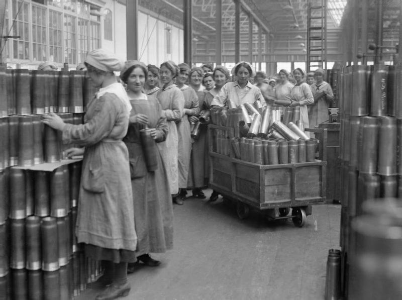 Kobiety pracujące przy wytwarzaniu amunicji Źródło: Lewis, Kobiety pracujące przy wytwarzaniu amunicji, 1918, Imperial War Museums, domena publiczna.
