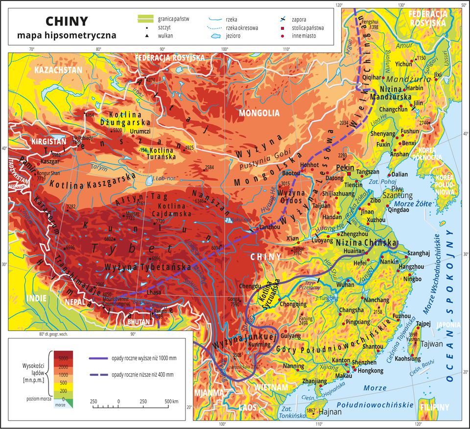 Ilustracja przedstawia mapę hipsometryczną Chin. Wobrębie lądów występują obszary wkolorze zielonym, żółtym, pomarańczowym iczerwonym. Przeważają wyżyny igóry. Morza zaznaczono kolorem niebieskim. Na mapie opisano nazwy półwyspów, wysp, nizin, wyżyn ipasm górskich, mórz, zatok, rzek ijezior. Oznaczono iopisano stolice igłówne miasta. Oznaczono czarnymi kropkami iopisano szczyty górskie. Trójkątami oznaczono wulkany ipodano ich wysokości. Na mapie poprowadzono linię wyznaczającą tereny oopadach rocznych wyższych niż 1000 milimetrów (na południowo-wschodnim wybrzeżu) ilinię przerywaną wyznaczającą obszary gdzie opady roczne są niższe niż 400 milimetrów (wyżyny igóry we wnętrzu kontynentu). Mapa pokryta jest równoleżnikami ipołudnikami. Dookoła mapy wbiałej ramce opisano współrzędne geograficzne co dziesięć stopni. Wlegendzie umieszczono iopisano znaki użyte na mapie.