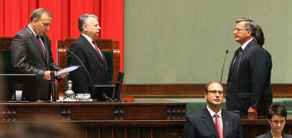 Bronisław Komorowski składający przysięgę prezydencką przed Zgromadzeniem Narodowym Źródło: Michał Koziczyński, Bronisław Komorowski składający przysięgę prezydencką przed Zgromadzeniem Narodowym, 2010, licencja: CC BY-SA 3.0.