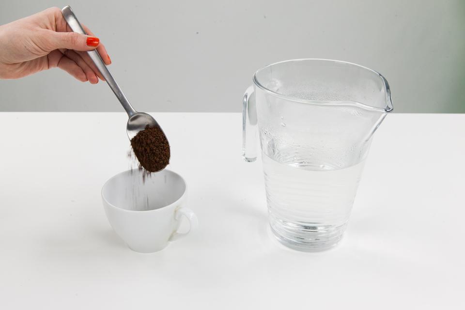 Na 1 zdjęciu scenka nasypywania kawy do kubka obok dzbanek zwrzątkiem. Na 2 zdjęciu: fotografia granulek kawy. Na 3 zdjęciu: liofilizator przemysłowy. Na 4 zdjęciu: połaczenie czterech zdjęć przykładów żywności liofilizowanej: batony liofilizowane, truskawki liofilizowane, kawa liofilizowana, bekon liofilizowany.