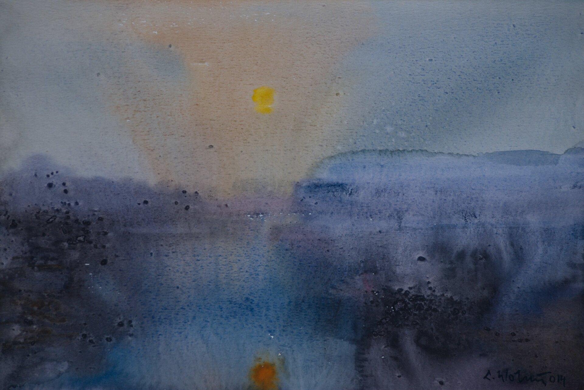 """Ilustracja przedstawia obraz Lecha Wolskiego """"Bez tytułu"""" namalowany akwarelą. Przedstawia rozmyty pejzaż ze słońcem odbijającym się wwodzie. Wpracy, powstałej przy użyciu miękkiej plamy, użyto kolorów: niebieskiego, granatowego iżółtego."""