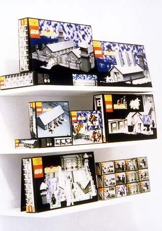 Zbigniew Libera, Lego. Obóz koncentracyjny, 1996, zestaw 7 różnej wielkości pudełek klocków Zbigniew Libera, Lego. Obóz koncentracyjny, 1996, zestaw 7 różnej wielkości pudełek klocków Źródło: licencja: CC BY-SA 3.0, [online], dostępny winternecie: http://raster.art.pl/galeria/artysci/libera/lego/libera_lego.htm [dostęp 24.10.2015 r.].