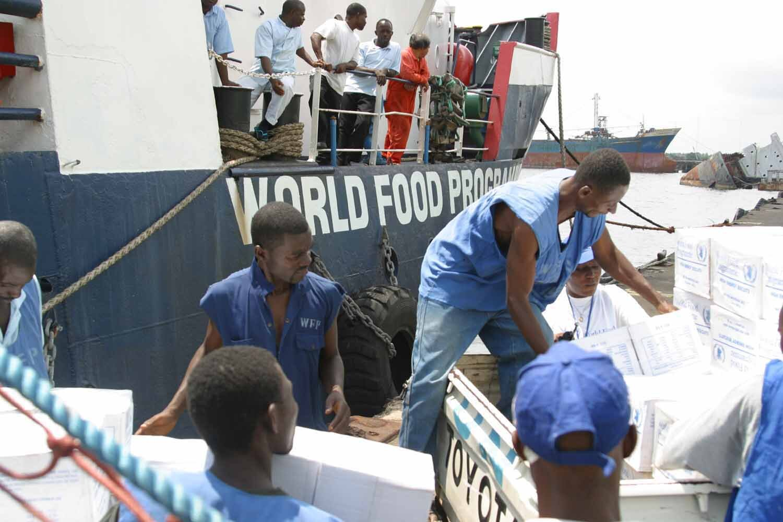 Światowy Program Żywnościowy wLiberii. Pomoc dostarczana przez żołnierzy ONZ Źródło: 26th MEU(SOC) PAO (U.S. Marines), Światowy Program Żywnościowy wLiberii. Pomoc dostarczana przez żołnierzy ONZ, licencja: CC 0.