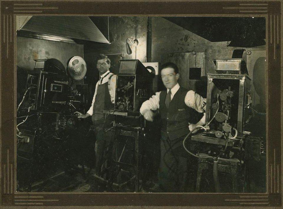Zaplecze kinoteatru Źródło: State Library of South Australia, Zaplecze kinoteatru, 1916, licencja: CC BY 2.0.