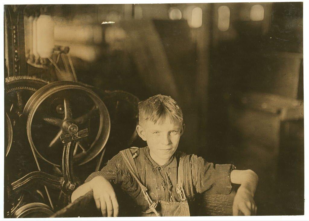Jeden zmłodych tkaczy Jeden zmłodych tkaczy - opisany jako polski chłopiec Willy - wfabryce Quidwick Źródło: Lewis Wickes Hine, Jeden zmłodych tkaczy, 1909, fotografia, Biblioteka Kongresu USA, domena publiczna.
