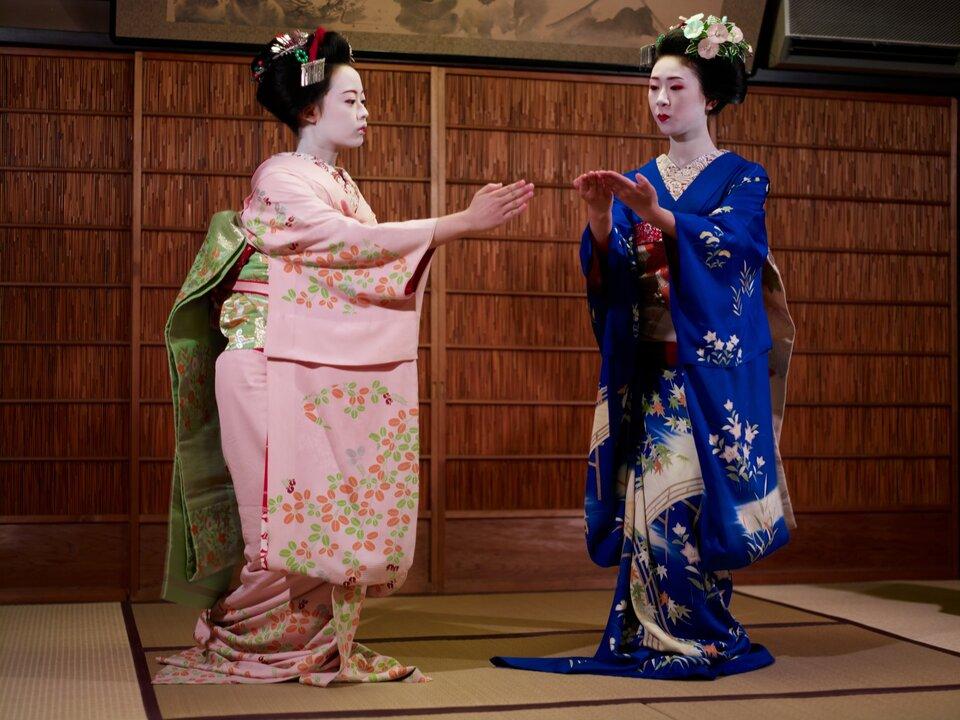 Na zdjęciu dwie japońskie kobiety wkolorowych kwiecistych kimonach.