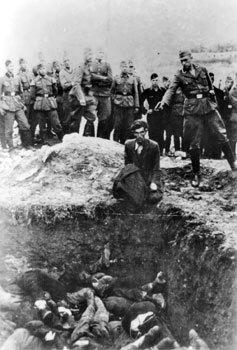 Zdjęcie egzekucjiostatniego Żyda zWinnicy wykonane przez członka plutonu egzekucyjnego. (masowe egzekucje mieszkańców Winnicy przeprowadzono 16 i22 września 1941 roku) Zdjęcie egzekucjiostatniego Żyda zWinnicy wykonane przez członka plutonu egzekucyjnego. (masowe egzekucje mieszkańców Winnicy przeprowadzono 16 i22 września 1941 roku) Źródło: [online], dostępny winternecie: https://en.wikipedia.org/wiki/File:Einsatzgruppen_Killing.jpg [dostęp 26.04.2016 r.].