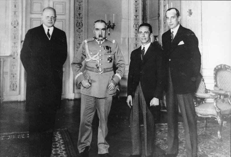 Hans Adolf von Moltke, Józef Piłsudski, Joseph Goebbels iJózef Beck wWarszawie 14 czerwca 1934 roku Źródło: Hans Adolf von Moltke, Józef Piłsudski, Joseph Goebbels iJózef Beck wWarszawie 14 czerwca 1934 roku, Bundesarchiv, licencja: CC BY-SA 3.0.