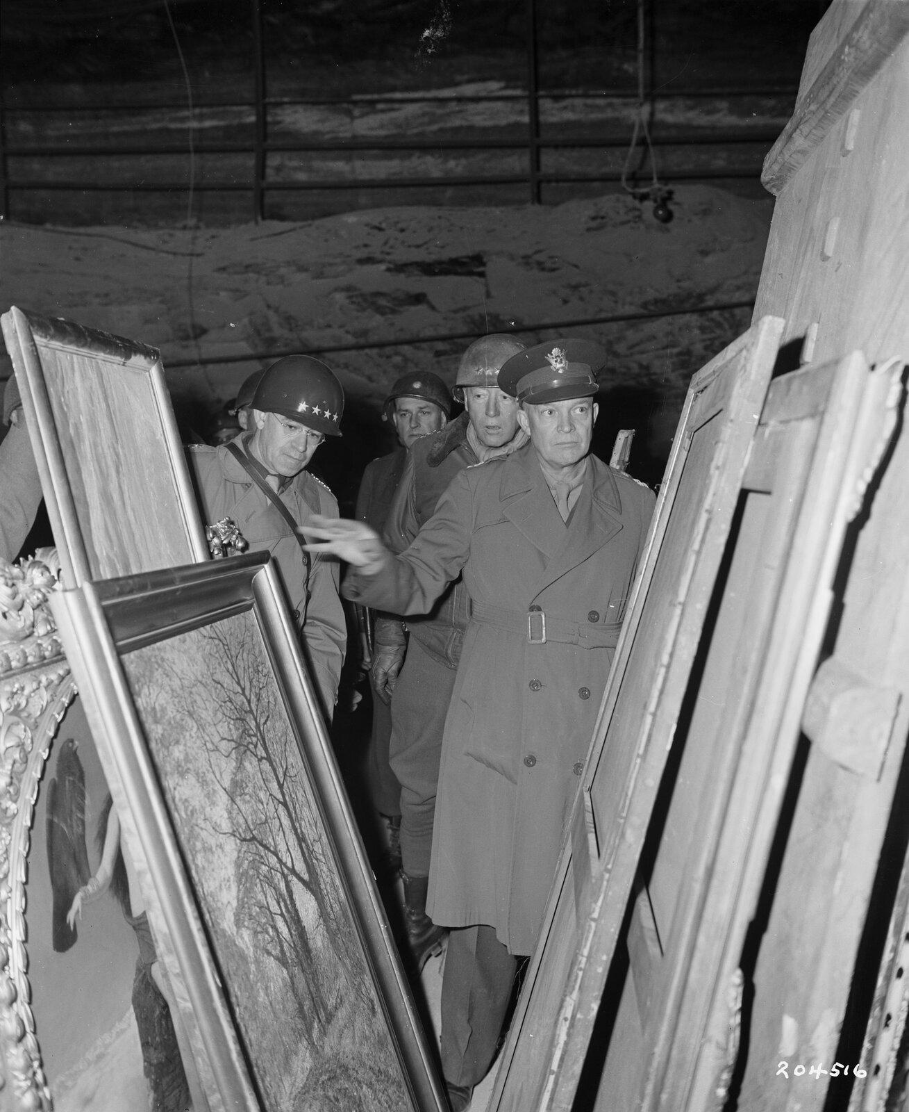 Amerykańskidowódca Dwight Eisenhower przeprowadza inspekcję wmagazynie rzeczy zagrabionych przez III Rzeszę Amerykańskidowódca Dwight Eisenhower przeprowadza inspekcję wmagazynie rzeczy zagrabionych przez III Rzeszę Źródło: domena publiczna.