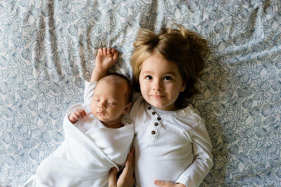 na zdjeciu dwójka małych dzieci