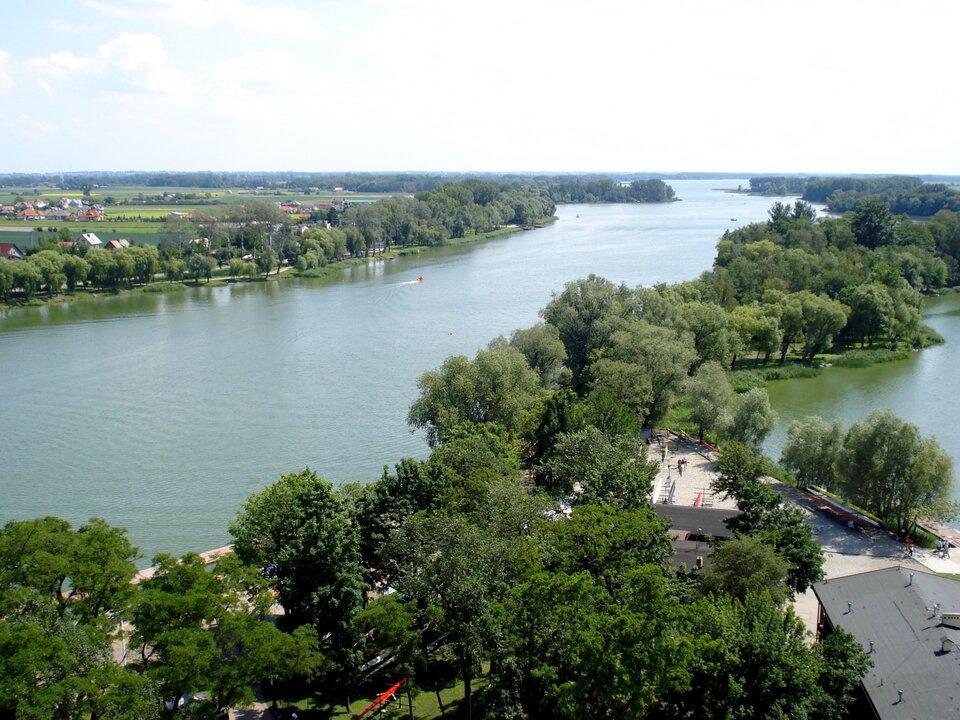 Na zdjęciu długie wąskie jezioro.