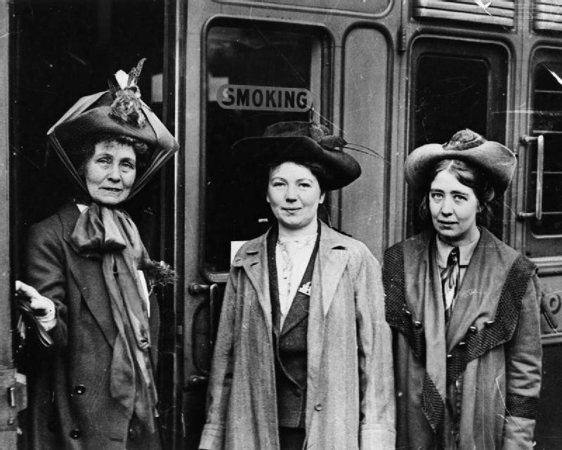 Brytania Przed Iwojną światową Portret liderek brytyjskiego ruchu sufrażystek: EmmelinePankhurst (po lewej stronie) ijej córek Christabel (w środku) iSylvii (z prawej) na stacji Waterloo wLondynie. Źródło: Brytania Przed Iwojną światową, 1911, domena publiczna.