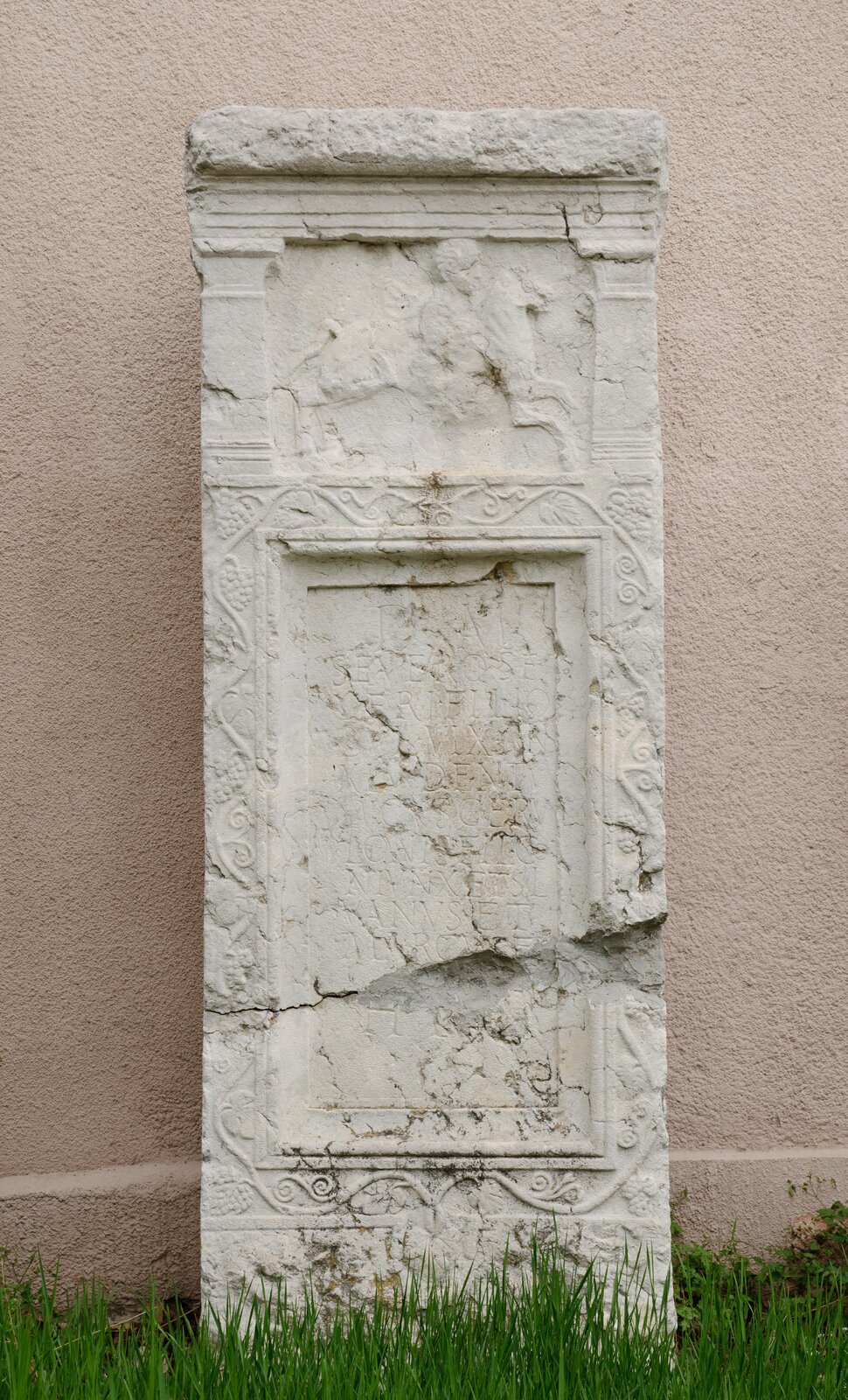Pomnik nagrobny wojownika rzymskiego Pomnik nagrobny wojownika rzymskiego Źródło: MrPanyGoff, licencja: CC BY-SA 3.0.