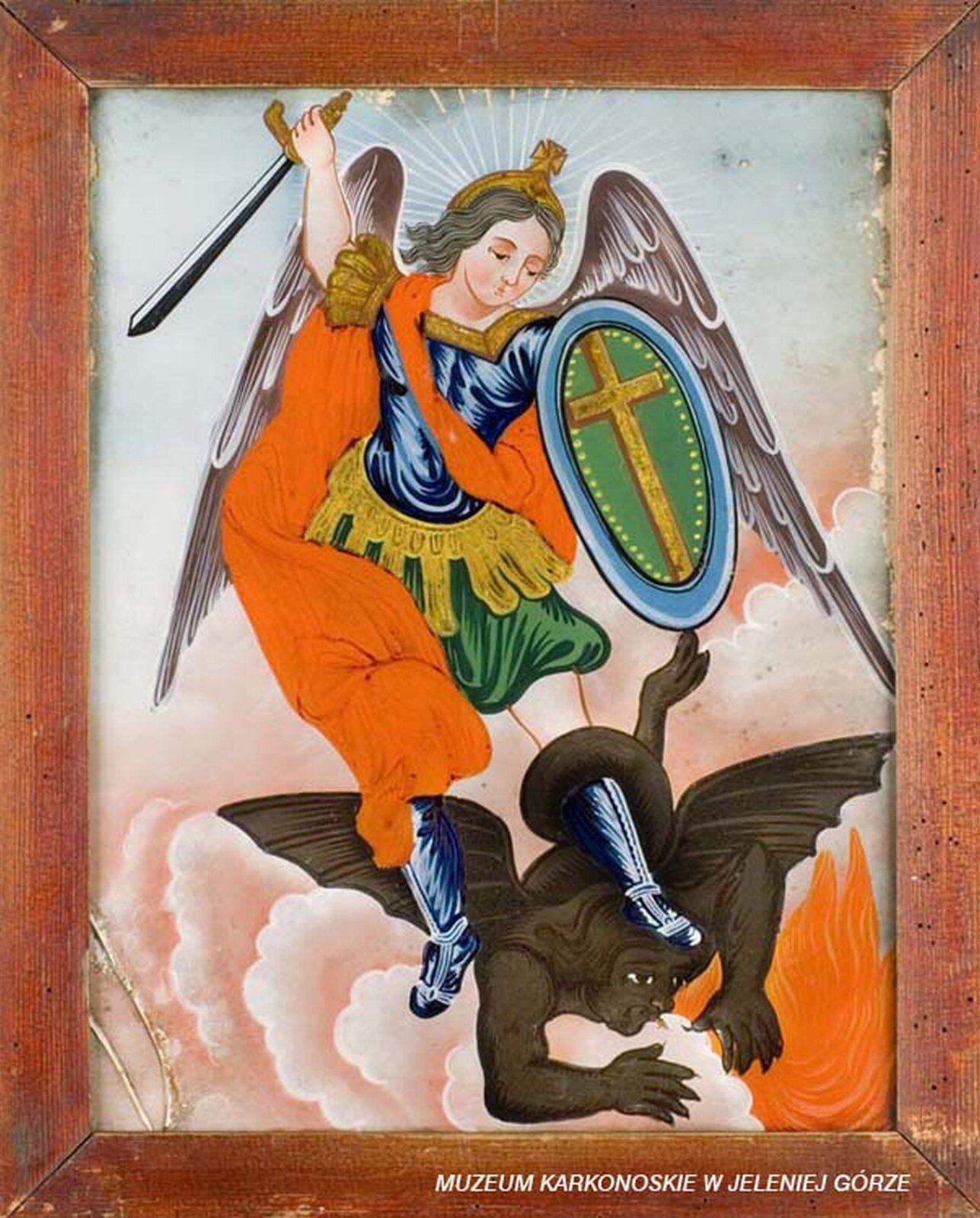 Ilustracja przedstawiająca malowidło na szkle, które ukazuje Michała Archanioła trzymającego wjednej dłoni tarczę zkrzyżem, awdrugiej uniesiony miecz iwalczącego zdiabłem, który znajduje się między jego stopami. Na jego zbroi znajduje się czerwony płaszcz. Diabeł upodobniony jest do smoka. Scena ma miejsce pośród chmur, zza których wdolnej części wydobywają się płomienie.