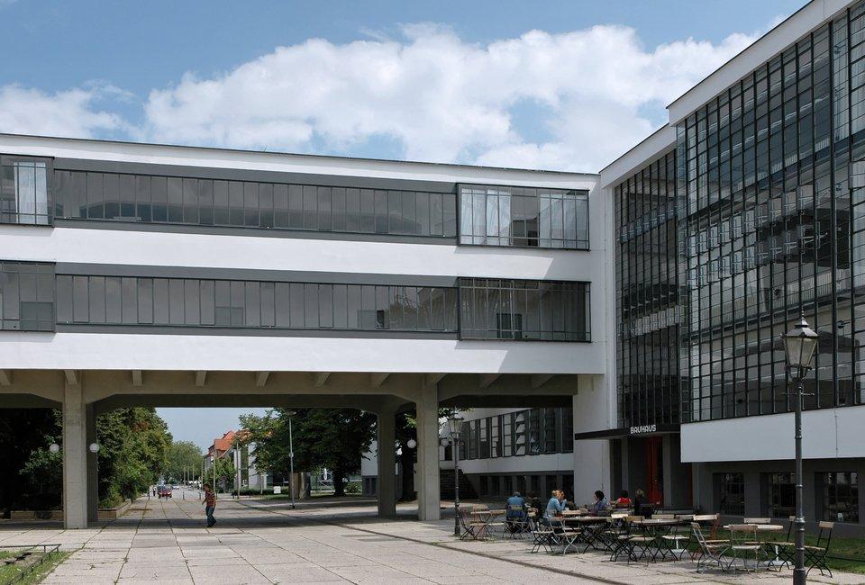 Modernistyczny budynek wDessau Źródło: Modernistyczny budynek wDessau, Fotografia, licencja: CC BY-SA 3.0.
