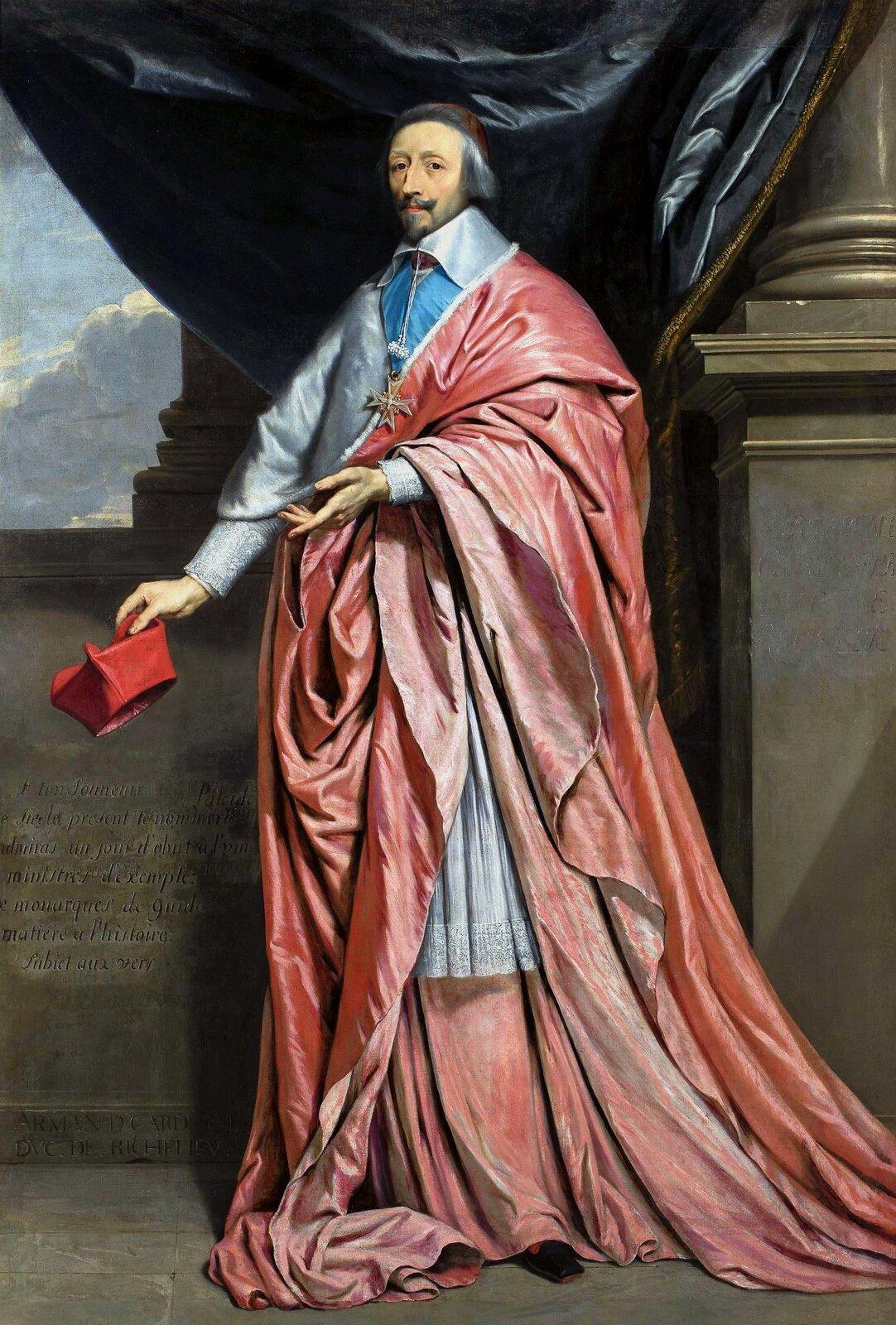 """Ilustracja przedstawia obraz Philippe de Champaigne """"Portret Kardynała Richelieu"""". Kardynał przedstawiony jest wpozycji stojącej na tle wzorzystej kotary. Stoi wpozycji zarezerwowanej jedynie dla monarchów oraz dla mężów stanu. Ubrany jest wczerwony płaszcz, który podkreśla jego funkcję ipozycję. Na piersi ma zawieszony order świętego Ducha. Gest jego ręki jest teatralny iwyrafinowany, to jednocześnie doskonałe studium dłoni. Malarz precyzyjnie oddaje draperie oraz detale koronkowe komży. Kolumna wtle dodaje powagi istanowi odwołanie do klasycznych wartości."""