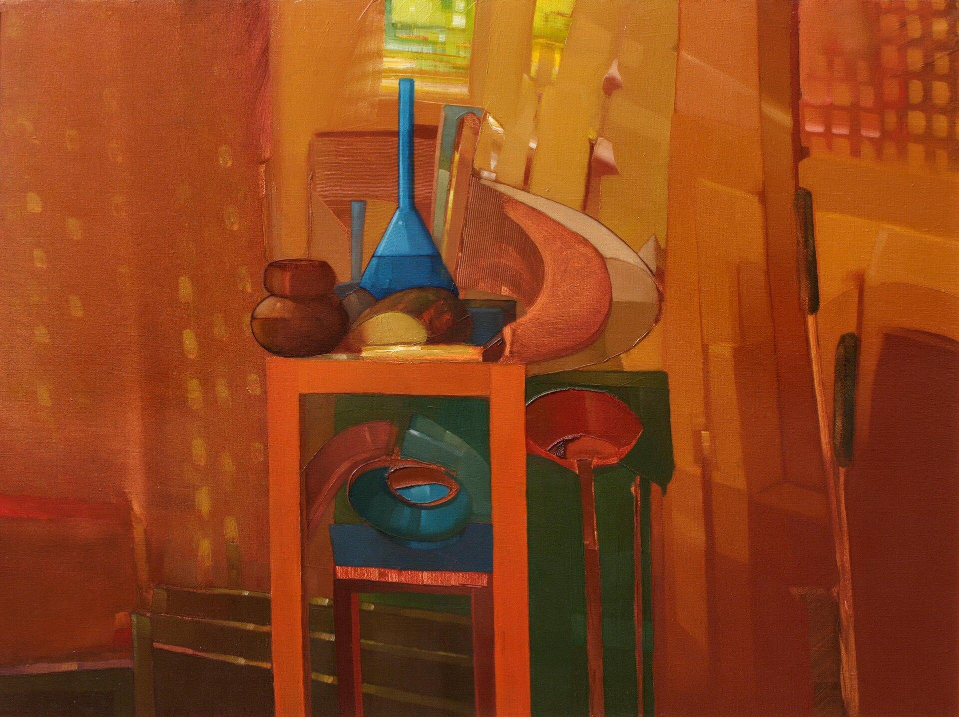 """Ilustracja przedstawia obraz olejny """"Martwa natura"""" autorstwa Piotra Klugowskiego. Dzieło ukazuje ustawiony we wnętrzu wysoki stolik zumieszczonymi na nim podłużnymi iokrągłymi przedmiotami przypominającymi butelki, garnki ipółmiski. Tło kompozycji stanowi podzielona na drobne płaszczyzny ściana wciepłych kolorach. Obraz cechuje się dużym, niemal kubistycznym uproszczeniem form. Dla artysty nie jest ważny detal. Przy pomocy prostych środków wyrazu stara się oddać charakter przedstawionych przedmiotów. Praca wykonana została wciepłej, brązowo-pomarańczowo-żółtej tonacji barw zakcentami chłodnych błękitów izieleni poszczególnych naczyń martwej natury."""