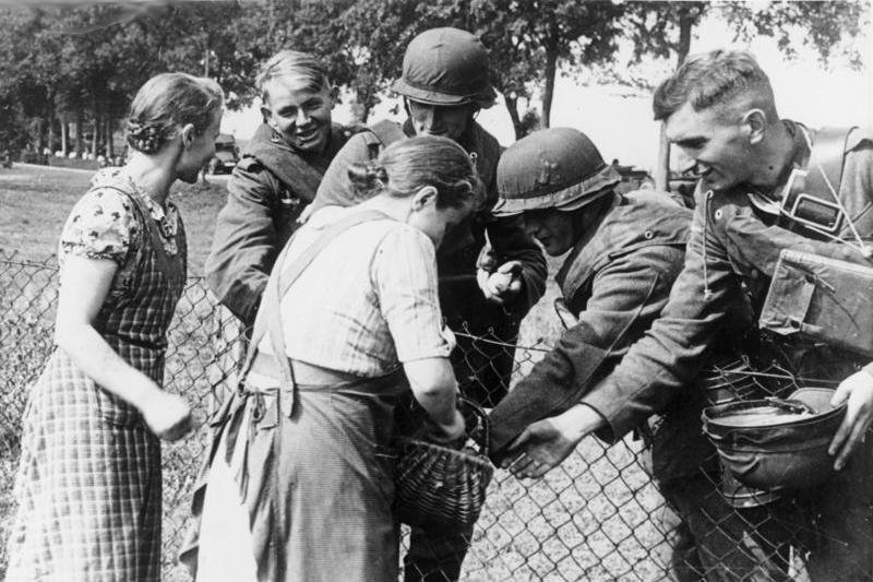 Mniejszośćniemiecka zradością witała wkraczające do Polski oddziały Wehrmachtu Mniejszośćniemiecka zradością witała wkraczające do Polski oddziały Wehrmachtu Źródło: licencja: CC BY-SA 3.0.