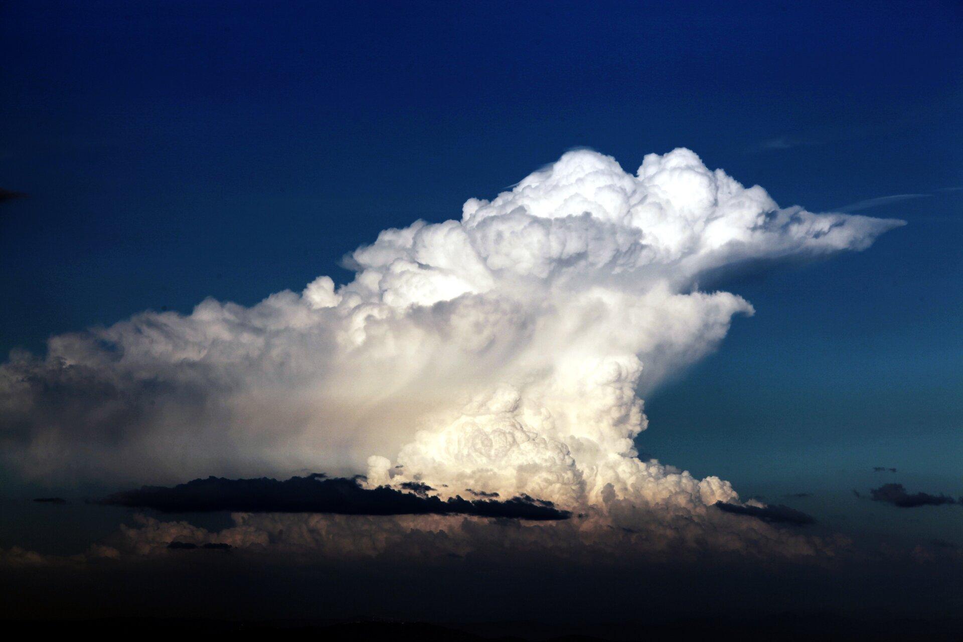 Fotografia chmury typu cumulonimbus