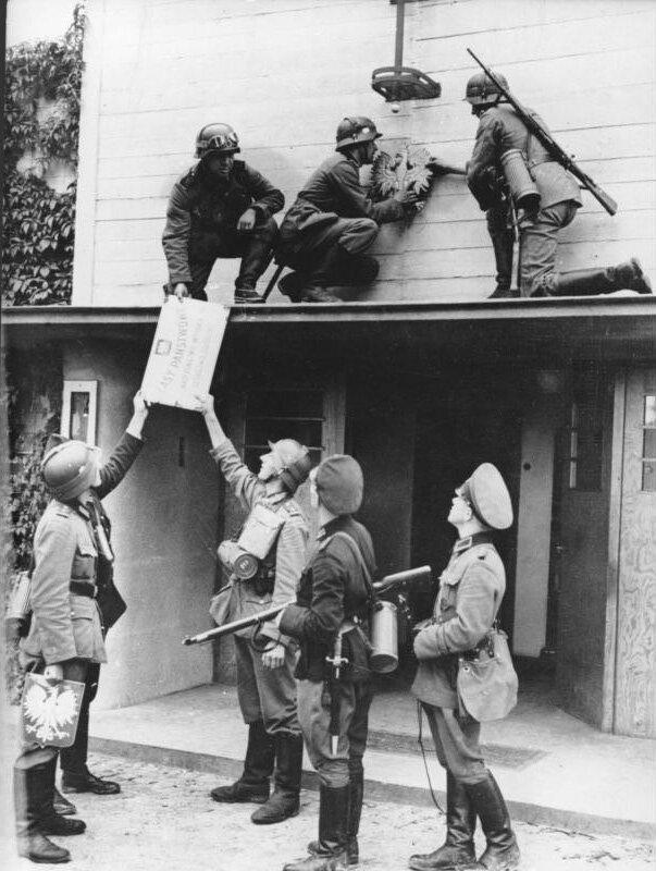 Niemieccy żołnierze zdejmujący polskie symbole narodowe Niemieccy żołnierze zdejmujący polskie symbole narodowe Źródło: licencja: CC BY-SA 3.0.