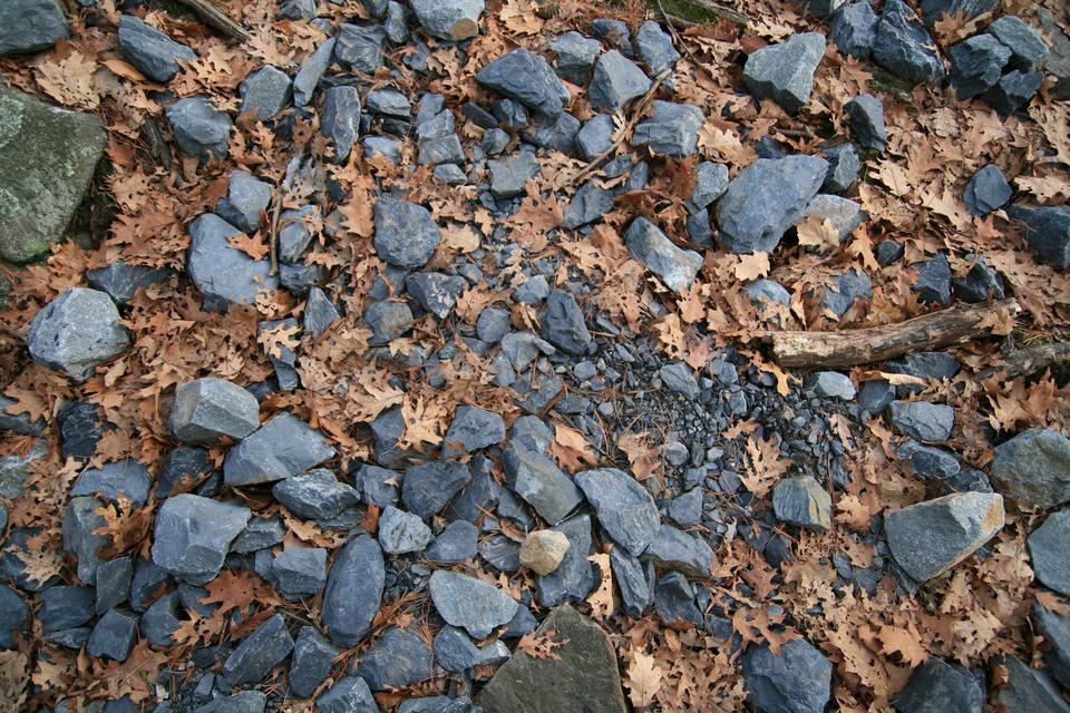 Fotografia przedstawia pokruszone na drobne odłamki skały.
