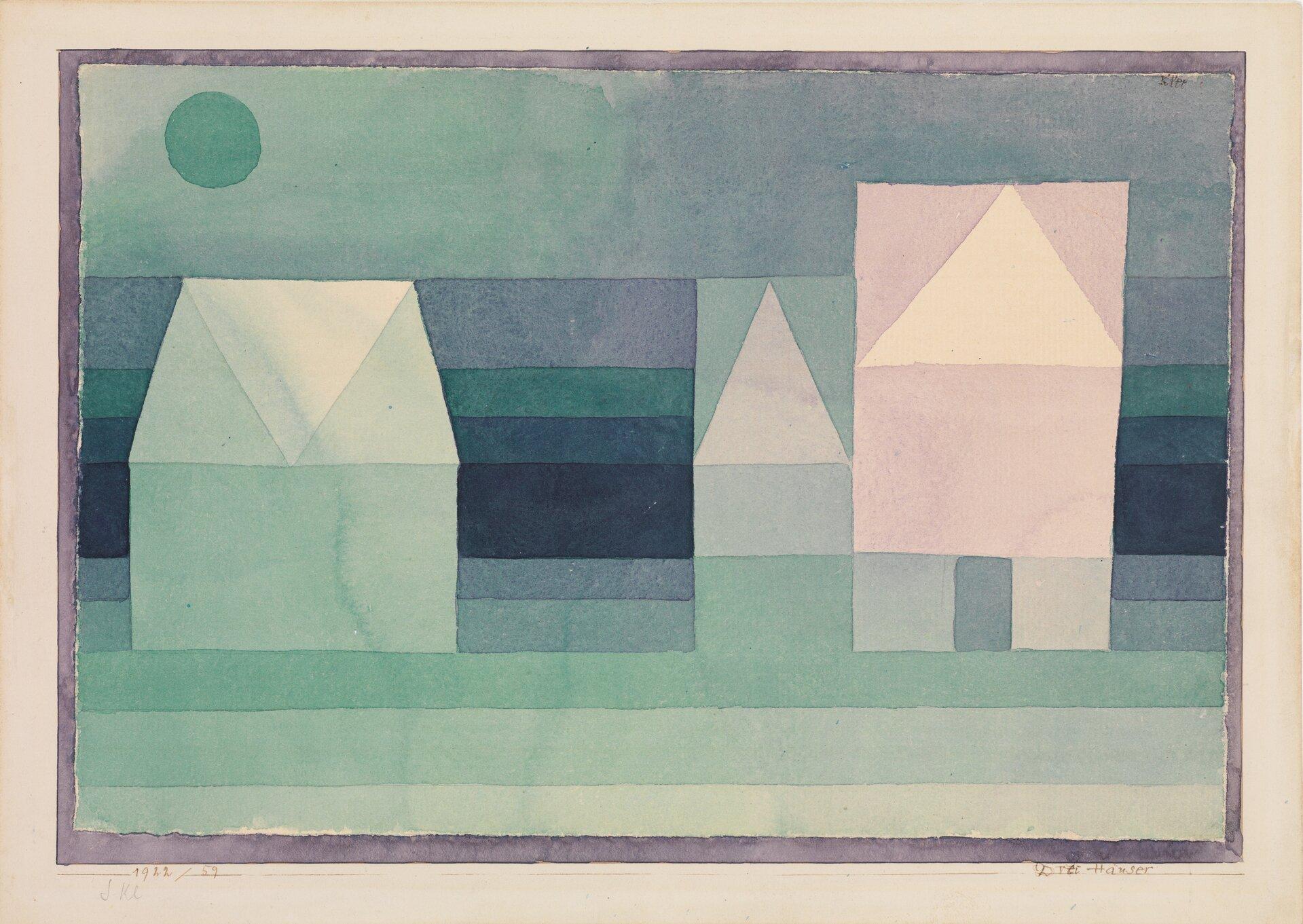 """Ilustracja przedstawia akwarelę """"Trzy domy"""" autorstwa Paula Klee. Wnamalowanej przez artystę kompozycji miesza się abstrakcja zmalarstwem figuratywnym – jest to charakterystyczne dla jego twórczości. Kompozycja składa się zgeometrycznych kształtów. Podłużne pasy tworzą przestrzeń pejzażu. Zprostokątów itrójkątów zbudowane są trzy domki ustawione wrzędzie wcentrum akwareli. Zielone koło wgórnym lewym rogu to słońce lub księżyc. Cała praca obramowana jest ciemną, szaro-fioletową ramką. Praca utrzymana jest wwąskiej, chłodnej tonacji zieleni iszarawych granatów. Jedynym ciepłym akcentem jest róż na fragmencie budynku po prawej stronie. Wobrazie tym widoczne jest odwołanie do dziecięcej kreatywności, stanowiącej ważną inspirację wtwórczości Paula Klee."""