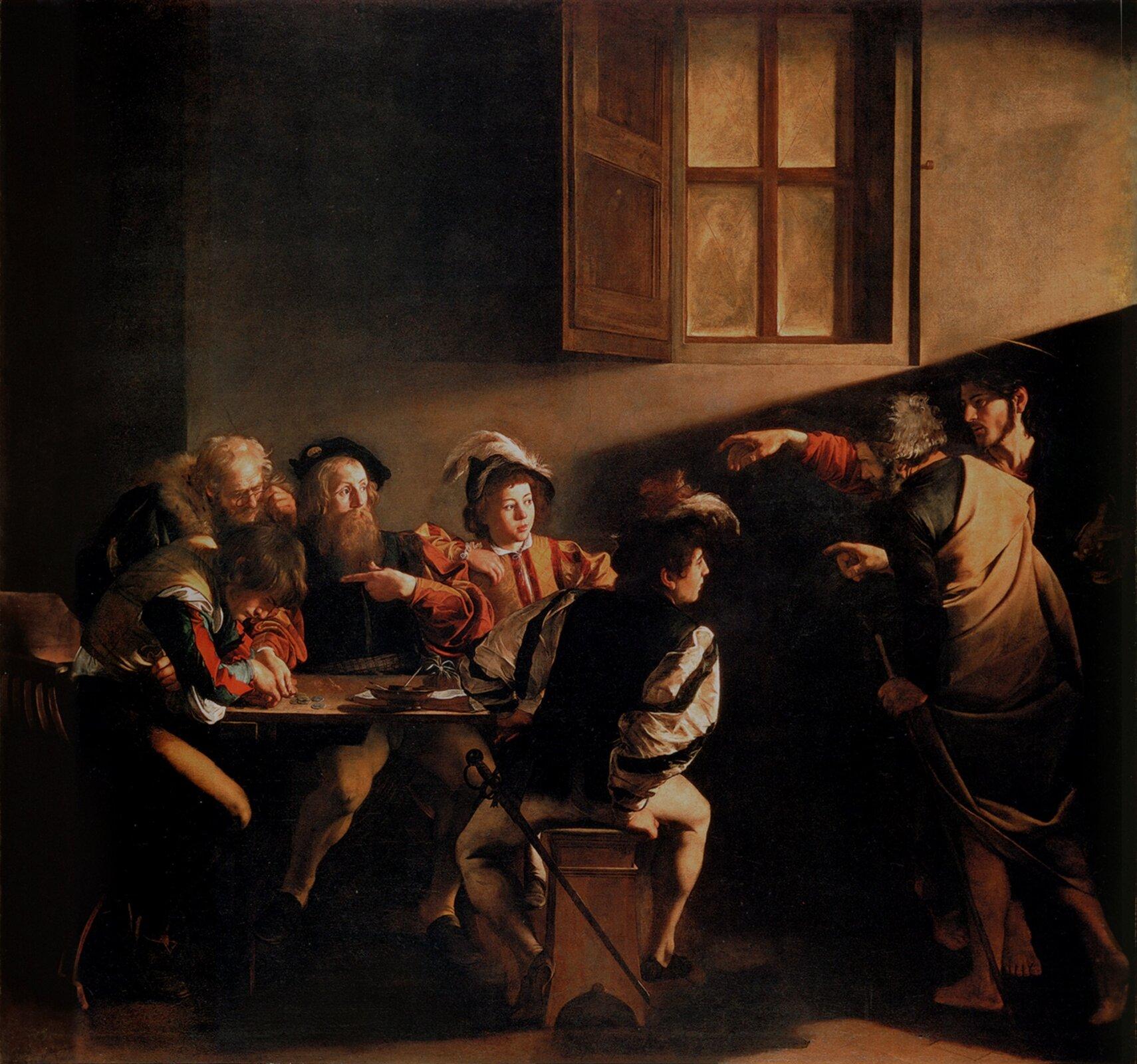 """Ilustracja przedstawia obraz Caravaggio pt. """"Powołanie świętego Mateusza"""". Dzieło powstało wlatach 1599-1600. Na obrazie przedstawiona została scena, wktórej powołany do służby zostaje Mateusz. Scena rozgrywa się wciemnym pomieszczeniu, którym jest komora celna. Obraz oświetla strumień światła wpadający przez niewidoczny otwór zprawej strony. Mateusz siedzi przy stole zczterema innymi mężczyznami. Postać zajęta jest liczeniem pieniędzy. Zprawej strony znajduje się Chrystus wchodzący do pomieszczenia. Jezus wyciągniętą dłonią wskazuje Mateusza."""