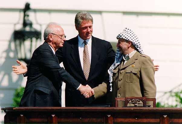 Podpisanie porozumienia 13 września 1993 roku. Na zdjęciu od lewej: Icchak Rabin, Bill Clinton, Jasir Arafat Źródło: Vince Musi, Podpisanie porozumienia 13 września 1993 roku. Na zdjęciu od lewej: Icchak Rabin, Bill Clinton, Jasir Arafat, domena publiczna.