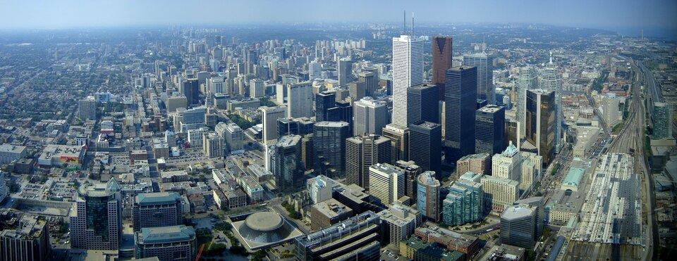 Na zdjęciu zlotu ptaka przedstawione jest olbrzymie miasto. Zabudowa wysoka, sięga po horyzont.