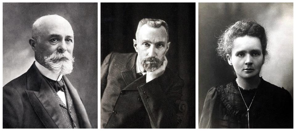 Ilustracja przedstawia 3 zdjęcia badaczy promieniotwórczości. Zdjęcia ułożone wjednym rzędzie. Od lewej: Henri Becquerel, Piotr Curie iMaria Skłodowska-Curie. Zdjęcie pierwsze: mężczyzna wwieku ok. 60 lat. Łysy, jedynie po bokach głowy widoczne krótkie, siwe włosy. Czoło wysokie. Gęste, siwe wąsy ibroda, starannie uczesane. Oczy duże, ciemne. Nas średni, uszy małe. Mężczyzna ubrany welegancki płaszcz, kamizelkę, białą koszulę zkołnierzem typu stójka. Pod szyją zawiązano czarny, aksamitny materiał na wzór muchy. Drugie zdjęcie: mężczyzna wwieku ok. 55 lat. Włosy krótkie, siwiejące, uniesione do góry.. Wyraźne zakola. Czoło wysokie. Uszy delikatnie szpiczaste. Nos długi, prosty. Wąsy ibroda zwidocznymi siwymi pasmami. Mężczyzna ubrany wciemny płaszcz zapinany na czarne guziki. Pod szyją widoczny kołnierz białej koszuli iczarny krawat. Mężczyzna pozuje do zdjęcia podpierając brodę lewą ręką. Trzecie zdjęcie: kobieta wwieku ok. 35 lat. Włosy puszyste, delikatnie kręcone. Czoło gładkie. Uszy małe. Usta średnie, nos mały, oczy duże. Łagodne rysy twarzy. Krótki podbródek. Kobieta ubrana wczarną bluzkę lub sukienkę, zdługim rękawem. Na szyi zawieszony długi łańcuszek.
