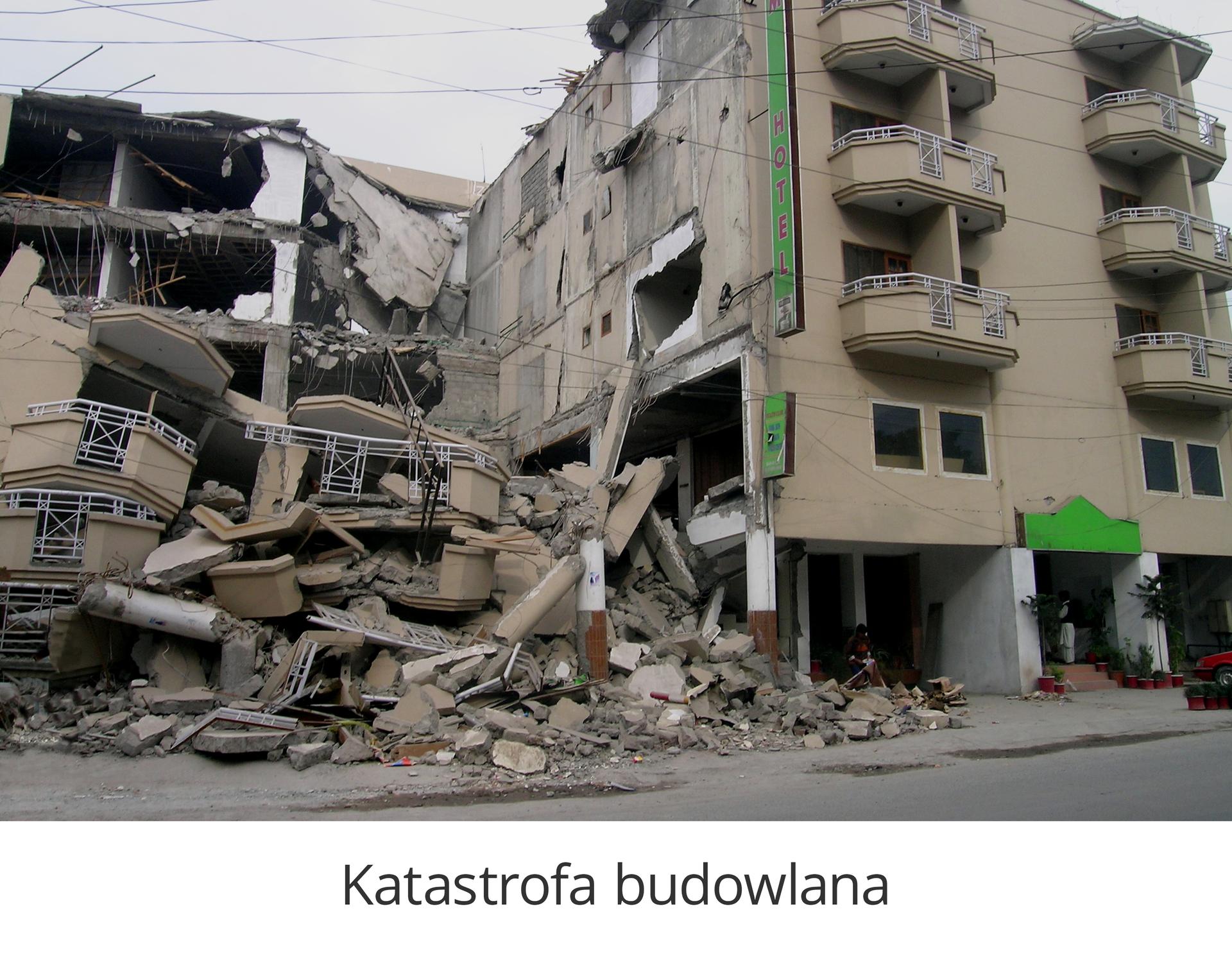 Zdjęcie 4 to katastrofa budowlana. Na zdjęciu wysoki czteropiętrowy budynek mieszkalny. Prawa strona budyniu nie jest zniszczona. Lewa strona budynku całkowicie zniszczona. Piętra zawalone, kawałki ścian zwisają na żelbetonowych częściach budynku.