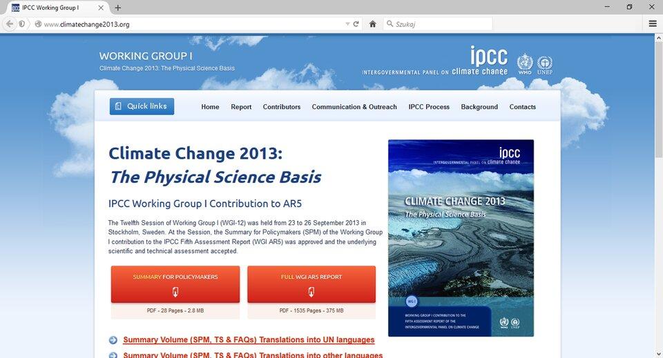 Na zdjęciu zrzut ekranowy ze strony głównej portalu www.cimatechange2013.org, zprawej strony okładka Piątego Raportu IPCC opublikowanego przez Międzyrządowy Zespół ds. Zmian Klimatu. Na okładce zdjęcie fragmentu powierzchni kuli ziemskiej, wtle chmury.
