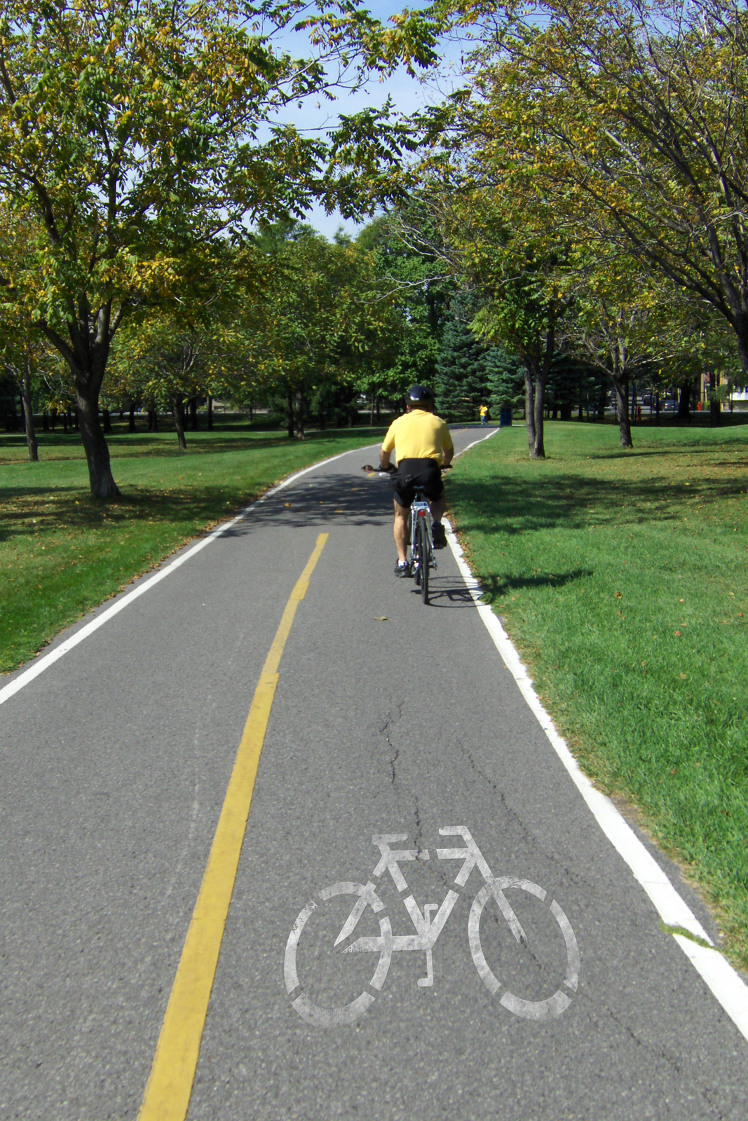 Zdjęcie ścieżki rowerowej zwidocznym znakiem ijadącym rowerzystą