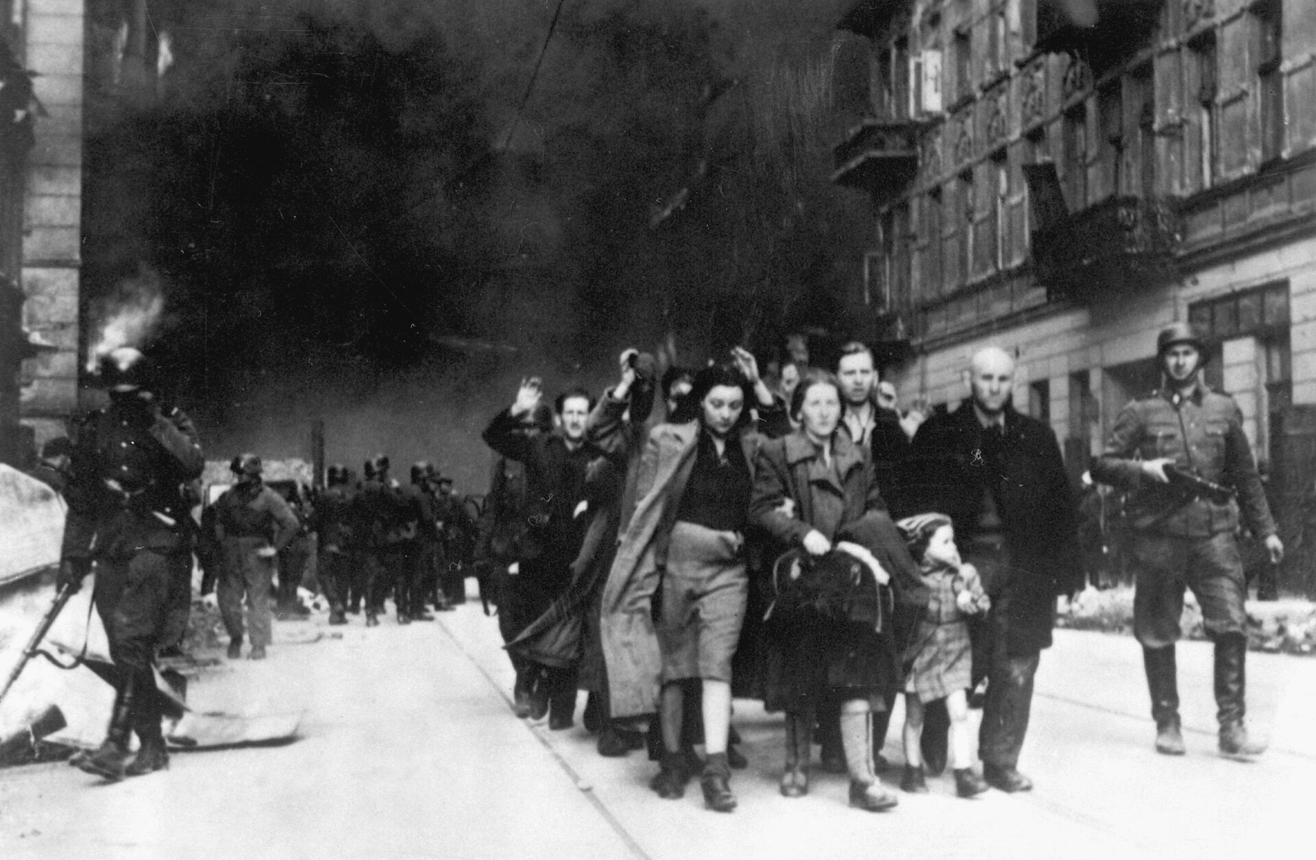Siłą wydobyci zbunkrów Żydzi prowadzeni na Umschlagplatz Źródło: Autor nieznany, Siłą wydobyci zbunkrów, 1943, domena publiczna.