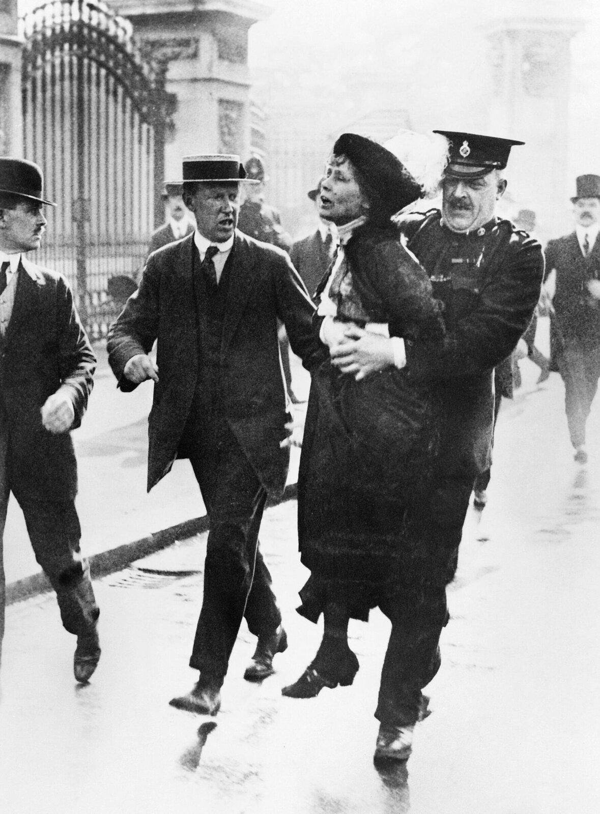 Aresztowanie Emmeline Pankhurst Źródło: Aresztowanie Emmeline Pankhurst, 1914, domena publiczna.