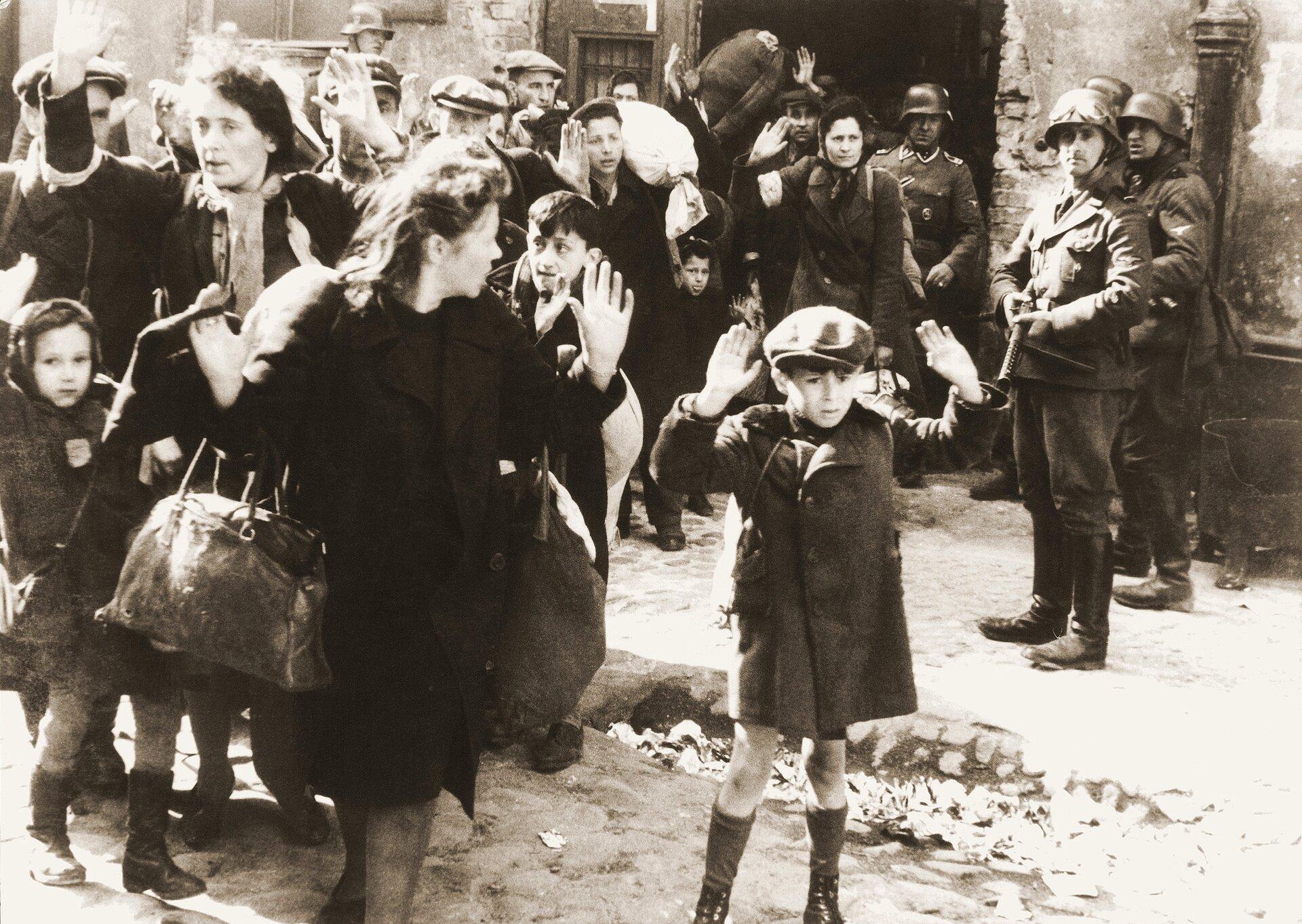 """Siłą wyciągani zbunkrów, fotografia pochodząca z""""Raportu Stroopa"""" Siłą wyciągani zbunkrów, fotografia pochodząca z""""Raportu Stroopa"""" Źródło: Fotografia, United States Holocaust Memorial Museum, domena publiczna."""
