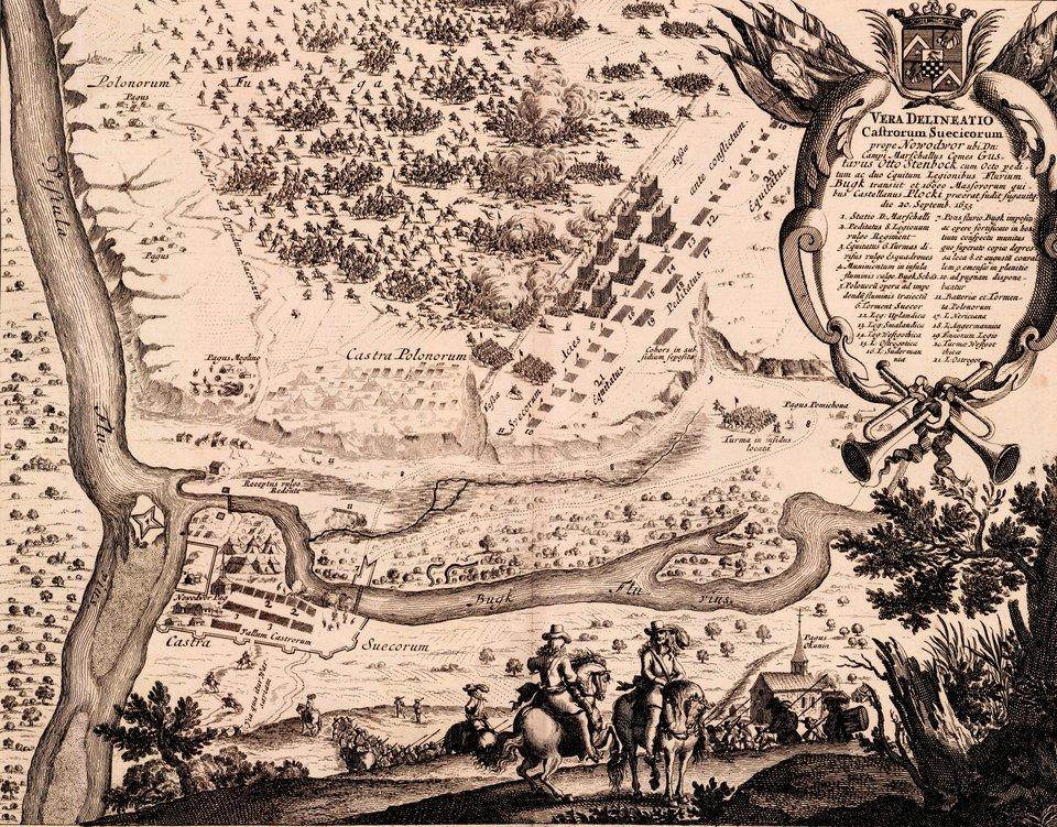 Samuel von Pufendorf, Oczynach Karola Gustawa, króla Szwecji, komentarzy ksiąg siedem, Norymberga 1696 21 września 1655 rokuwojska szwedzkie podeszły pod Nowy Dwór. Nadeszły od południa iszybko zajęły miasto łamiąc opór polskich posterunków. Wkolejnych dniach Szwedzi rozpoczęli budowę prowizorycznego mostu, mającego ułatwić przeprawę przez Narwię. Po drugiej stronie rzeki stacjonowały wojska polskie, rozpoczęła się więc walka ogniowa, wktórej zdecydowana przewagę uzyskała artyleria szwedzka. Rankiem 30 września armia szwedzka przeprawiła się przez rzekę iruszyła do natarcia. Przewaga Szwedów była zdecydowana, lecz duża ruchliwość wojsk polskich pozwoliła im wkrytycznym momencie oderwać się od oddziałów szwedzkich, które nie były wstanie przeprowadzić skutecznego pościgu. Wygrana wbitwie pod Nowym Dworem otworzyła Szwedom drogę do Inflant. Źródło: Erik Dahlbergh, Samuel von Pufendorf, Oczynach Karola Gustawa, króla Szwecji, komentarzy ksiąg siedem, Norymberga 1696, 1655, domena publiczna.