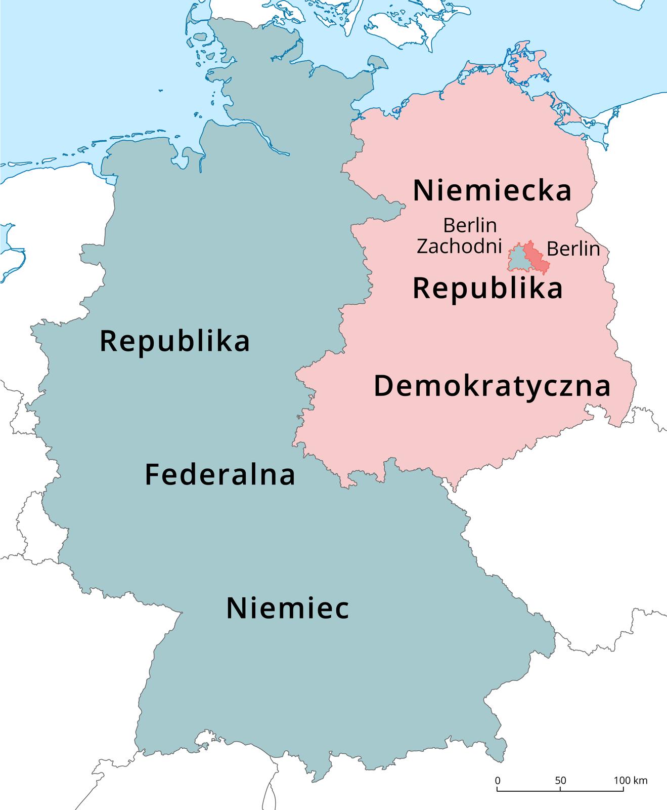 Na ilustracji mapa Niemiec. Kolorem niebieskim zaznaczono Republikę Federalną Niemiec po zachodniej stronie. Kolorem różowym zaznaczono Niemiecką Republikę Demokratyczną po wschodniej stronie mapy. Wjej obrębie ciemniejszym kolorem różowym zaznaczono zarysy Berlina. Kolorem niebieskim wydzielono Berlin Zachodni.