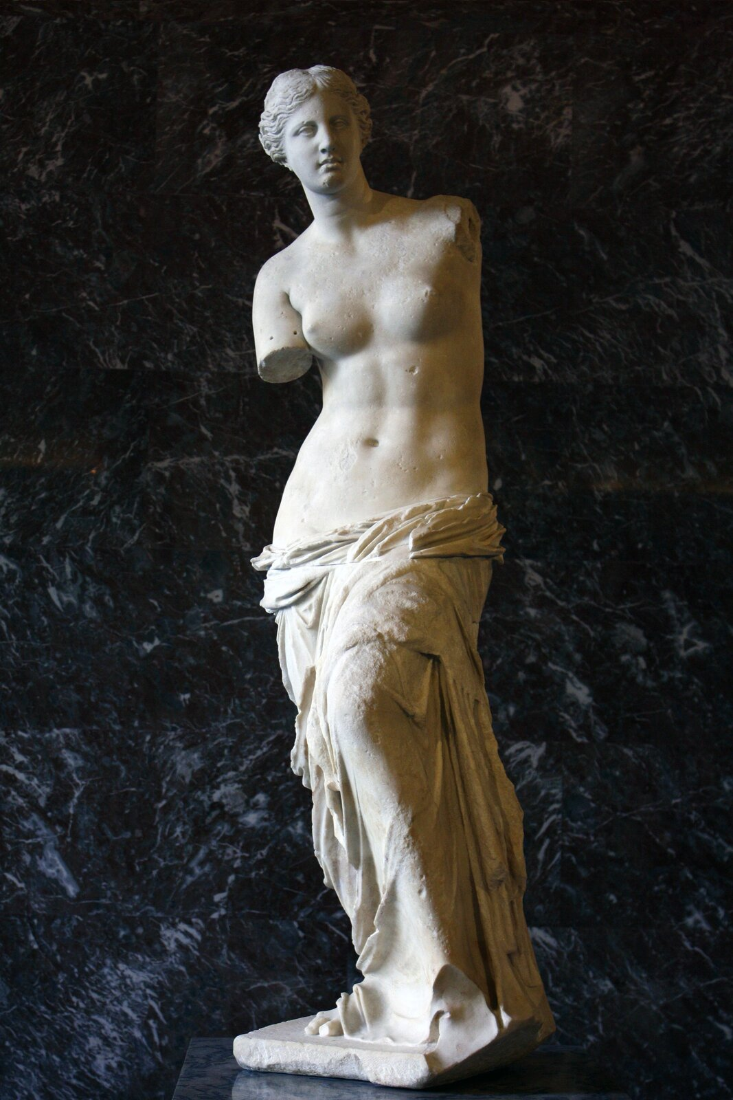 Wenus zMilo,ok. 130–100 p.n.e., rzeźba zmarmuru, Luwr, Paryż Wenus zMilo,ok. 130–100 p.n.e., rzeźba zmarmuru, Luwr, Paryż Źródło: Mattgirling, licencja: CC BY-SA 3.0.