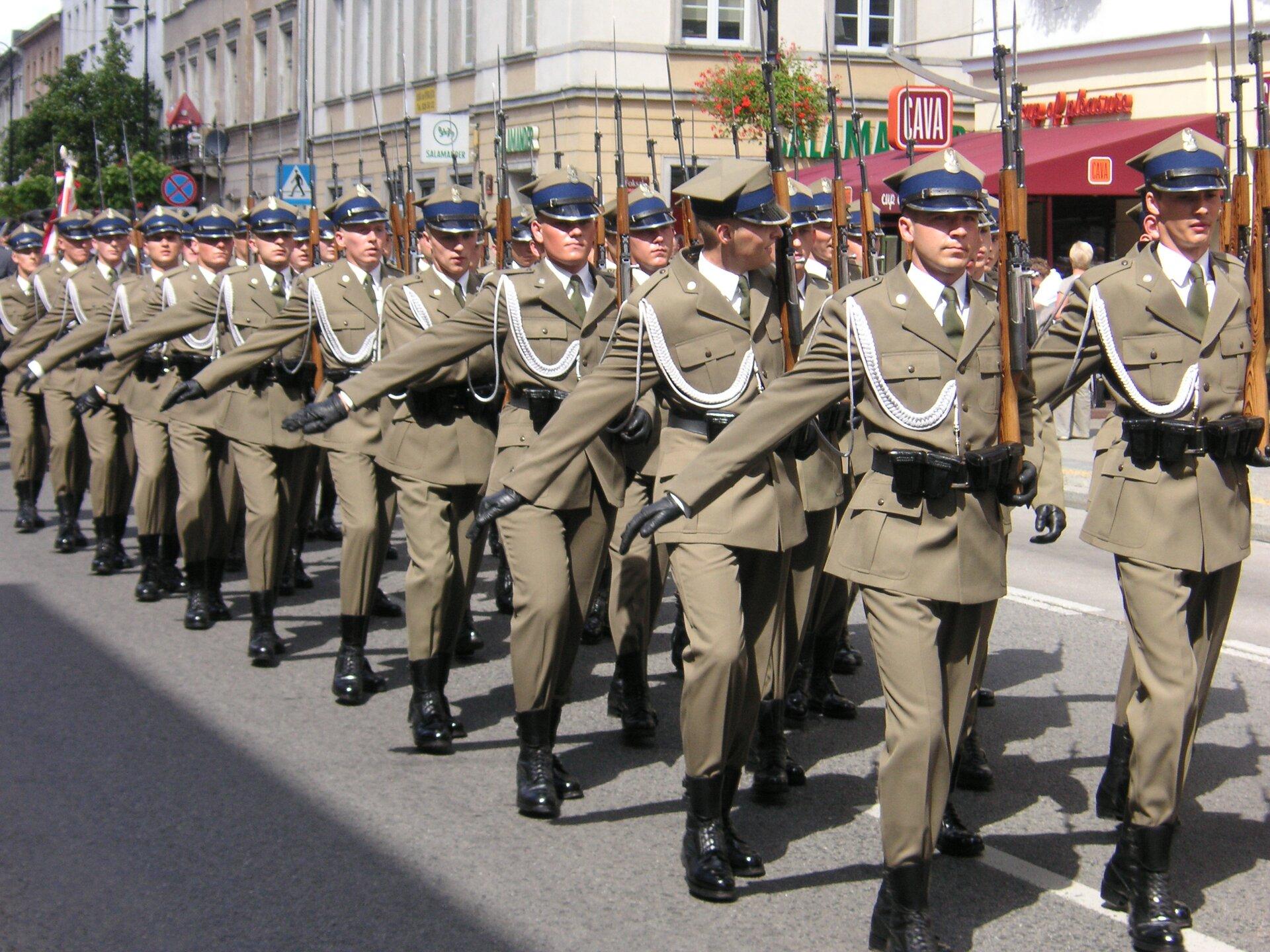 Defilada Wojska Polskiego Źródło: Halibutt, Defilada Wojska Polskiego, licencja: CC BY-SA 3.0.