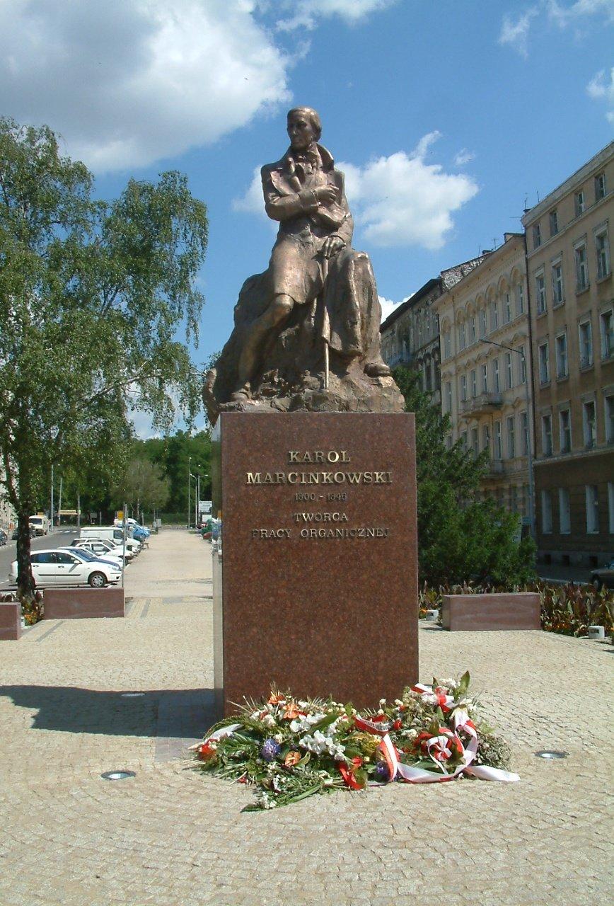 Pomnik Karola Marcinkowskiego Źródło: Radomil, Pomnik Karola Marcinkowskiego, 2005, licencja: CC BY-SA 3.0.