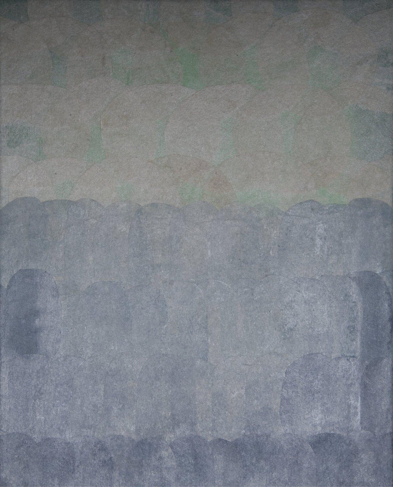 """Ilustracja przedstawia obraz """"Morze II"""" autorstwa Joanny Chołaścińskiej. Namalowana przez artystkę kompozycja balansuje na pograniczu abstrakcji ifiguracji. Przy pomocy prostych, jednolitych, okrągłych plam stworzyła ona obraz przywodzący na myśl morze. Praca podzielona jest na dwie części. Górna, węższa część wypełniona jest okrągłymi, zielono-brązowymi kształtami. Dolną, ciemniejszą partię obrazu wypełniają cztery rzędy szaro-niebieskich plam, tworzące uproszczoną taflę wody. Praca została wykonana wwąskiej, chłodnej, szaro-zielono-brązowej gamie barw."""