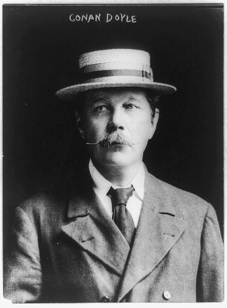 Arthur Conan Doyle Arthur Conan Doyle Źródło: 1913, fotografia czarno-biała, domena publiczna.