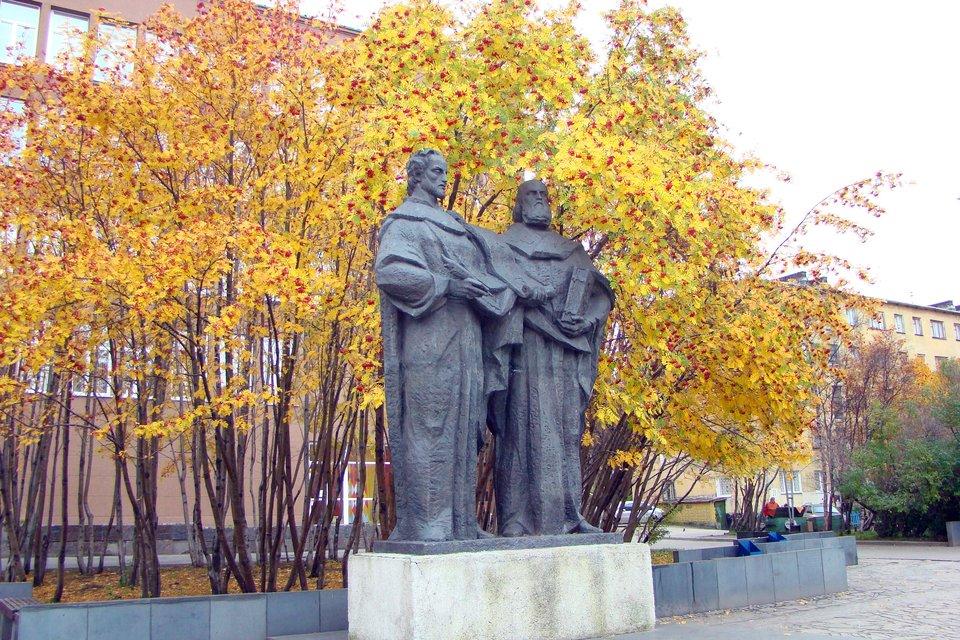 Pomnik św.św. Cyryla iMetodego wMurmańsku, Rosja, 1990 rok Źródło: Масалова С.В., Pomnik św.św. Cyryla iMetodego wMurmańsku, Rosja, 1990 rok, licencja: CC 0.
