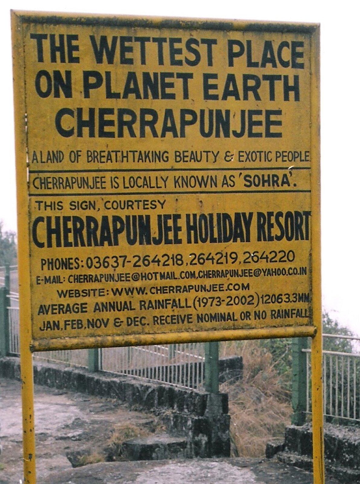 Na zdjęciu żółta tablica informacyjna znapisami wjęzyku angielskim. Podano numery telefonów, e-mail istronę www.