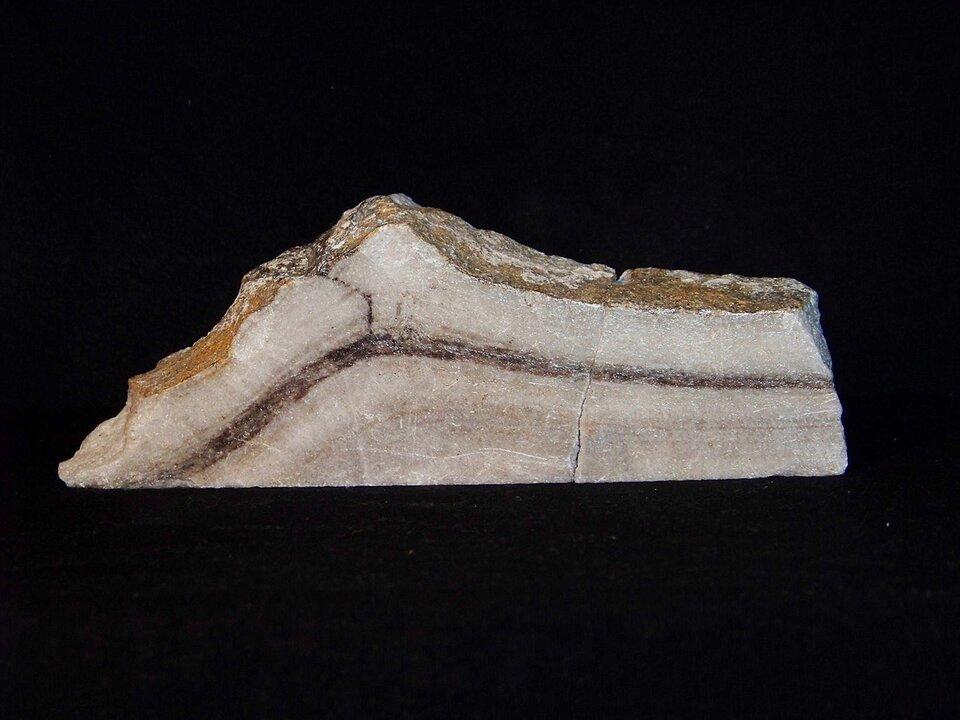 Galeria prezentuje trzy skały przeobrażone. Pierwsza fotografia, to składający się zjasnych iciemnych smug marmur.