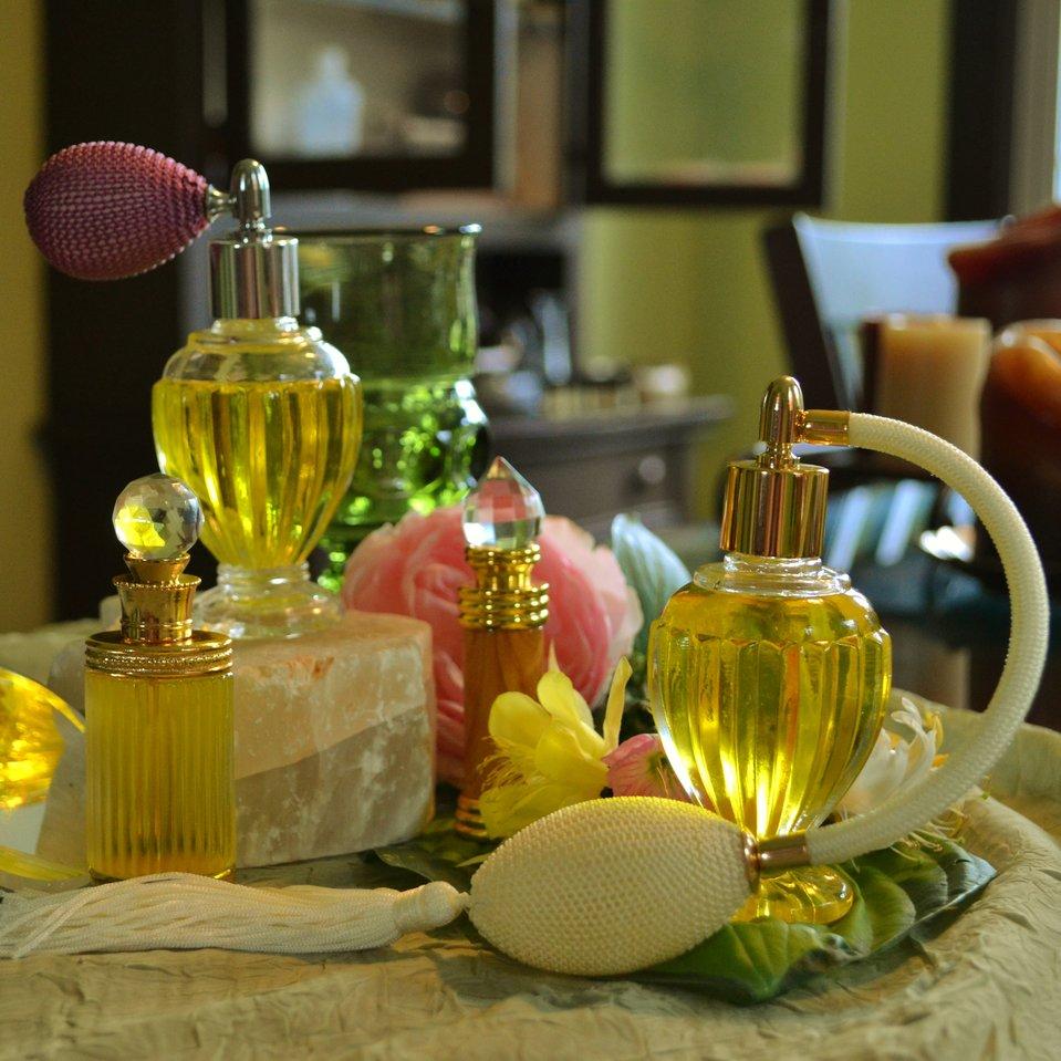 Fotografia przedstawia zestaw kosmetyków - produktów, do wytqrzania któych wykorzystuje się alkohol.
