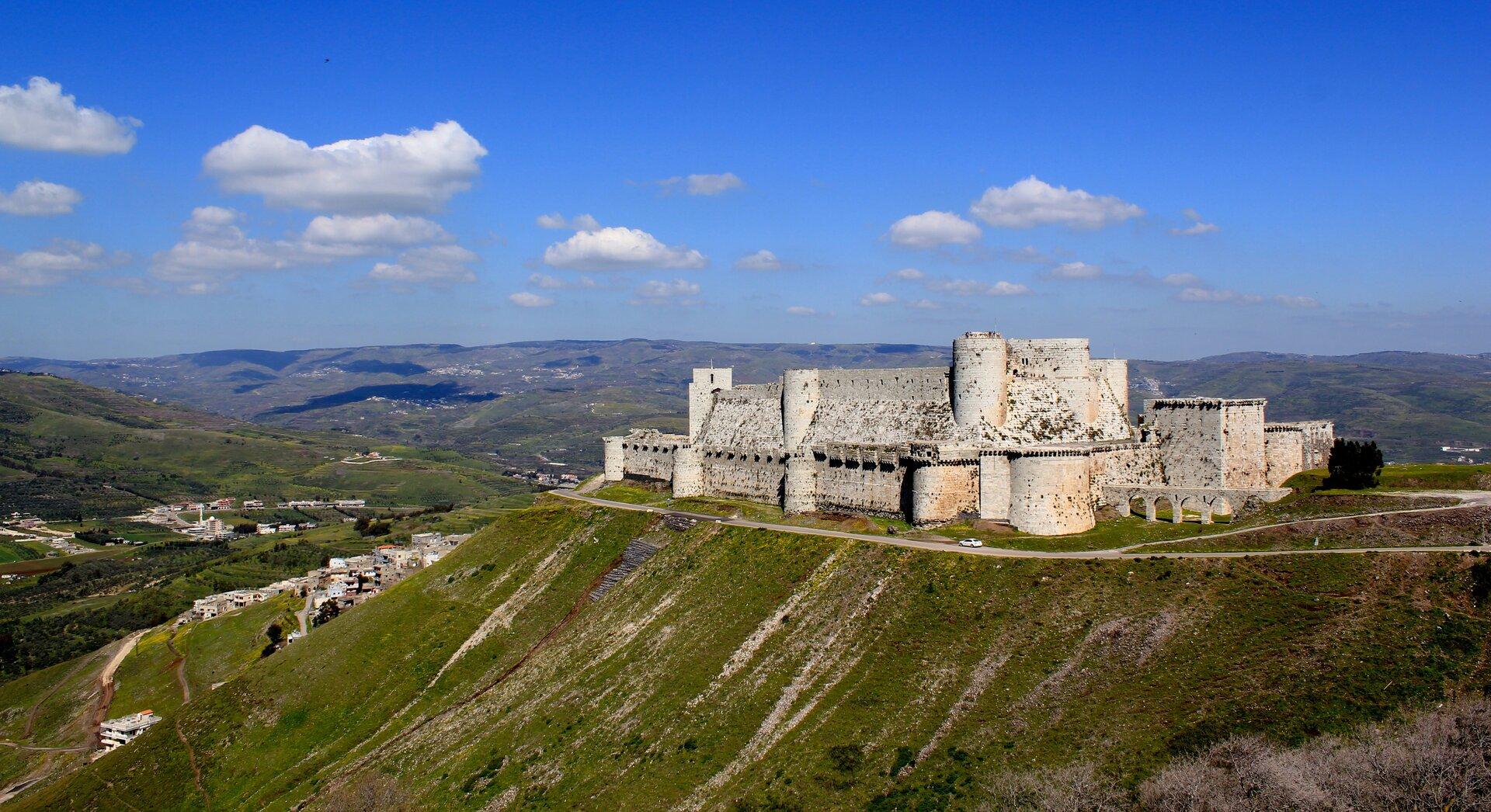 Zamek wzachodniej części Syrii, wgórach Dżabal an-Nusajrijja Źródło: Ergo, Zamek wzachodniej części Syrii, wgórach Dżabal an-Nusajrijja, licencja: CC BY 2.0.