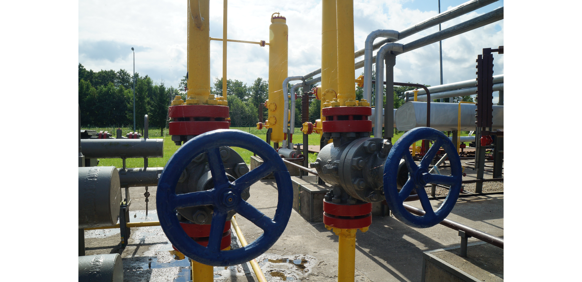 Ilustracja przedstawia stację gazową
